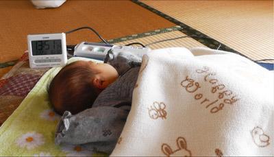 児の自宅に訪問し、心拍数や呼吸等の呼吸・循環機能を測定している様子.JPG