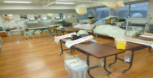 採血演習前の実習室の様子腕モデルを使って採血の練習をする .JPG