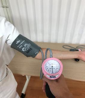 血圧を測定している.JPG