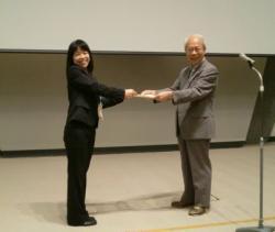 岡田泰伸・日本生理学会会長より奨励賞を受ける増木静江先生
