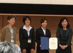 受賞式(左から、委員長の神奈木真理先生、第1回女性科学者賞受賞者の大谷直子先生、田中研究員、座長の幸谷愛先生)