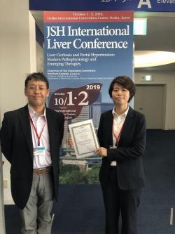 授賞式後。指導教員の田中 直樹 准教授(左)とJIA FANGPINGさん。