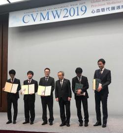 受賞式。右側は学会長の柏原直樹先生(川崎医科大学大学 腎臓·高血圧内科学 教授)