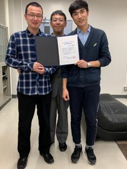 左から、王暁経 さん(博士4年)、田中直樹 准教授、Diao Pan さん(修士2年)