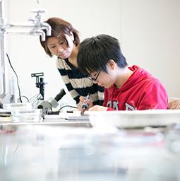 研究室生は学生実験の指導も経験します