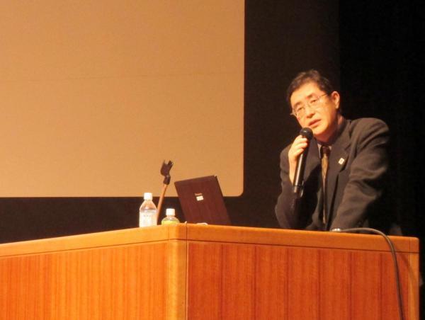 4月の入門講義で講演する松尾審議官