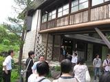 古田晁記念館を見学する学生たち